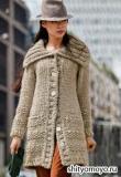 Бежевое пальто крупной вязки, связанное спицами. Описание вязания бесплатно