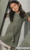 Серое детское платье, связанное спицами. Описание и схемы вязания бесплатно