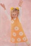 Детский сарафан с ромашками, связанный спицами