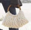 Белая сумка с косами, связанная спицами. Подробное описание