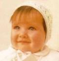 Белая детская шапочка-чепчик, связанная спицами. Подробное описание