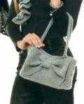 Пепельно-серая сумка с бантом, связанная крючком. Подробное описание