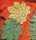 Салфетка в форме кленового листа, связанная крючком. Описание + схема