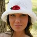 Белая летняя шляпка, связанная крючком. Описание + схема