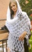 Белая шаль, связанная спицами