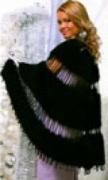 Черная накидка, связанная спицами из пряжи «Травка»