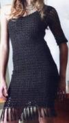 Черное платье с одним открытым плечом, связанное крючком. Описание + схемы