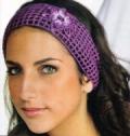 Фиолетовая повязка на волосы с цветком, связанная крючком. Описание + схемы