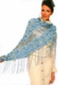 Голубая ажурная шаль, связанная крючком из пряжи