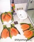 Комплект для туалета: 2 коврика, чехол на крышку унитаза и держатель для туалетной бумаги в форме тюльпана, связанный крючком. Описание и схемы бесплатно